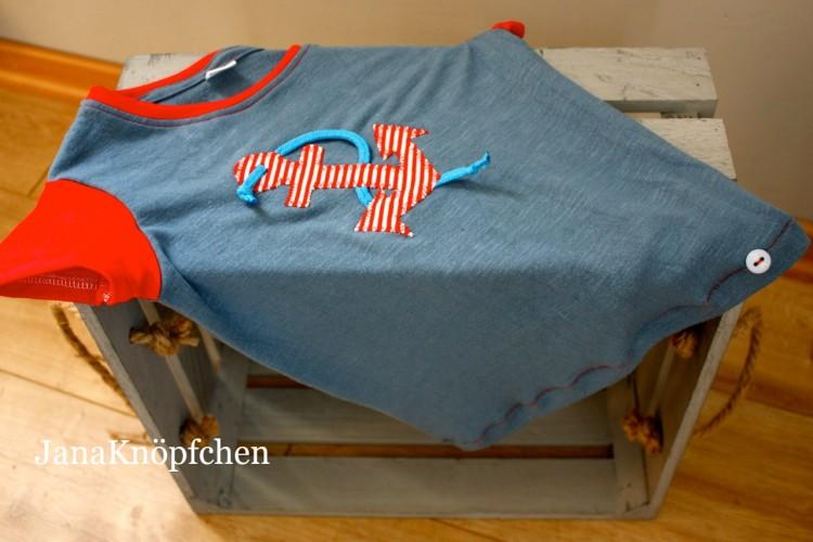 blaues T-shirt mit roter Ankerapplikation Upcycling Projekt