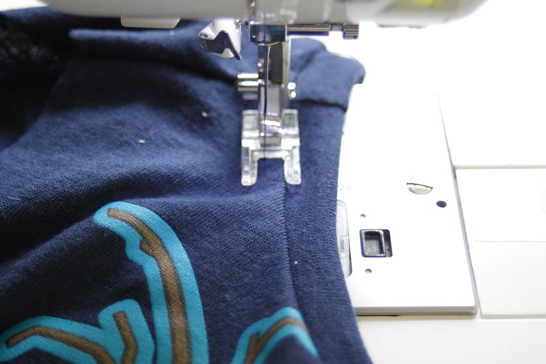 Tutorial upcycling t-shirt aus groß nähe klein. Halsbund annähen. JanaKnöpfchen Nähen für Jungs