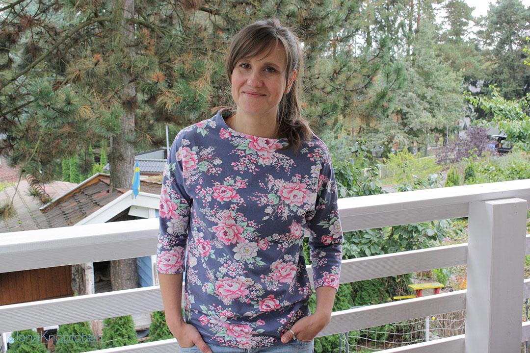 Shirt Frau Nora von Hedinaeht mit Blumenmuster genäht. JanaKnöpfchen - Nähen für Jungs