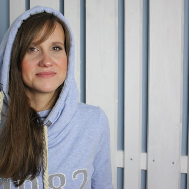 Blogbeitrag zum Hoodie Sew-Along von Ellenplus. Hoodie nähen mit Geburtsjahrapplikation. JanaKnöpfchen - Nähen für Jungs