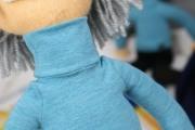 Detail des Pulloverkragens der Einsteinpuppe. JanaKnöpfchen - Nähen für Jungs