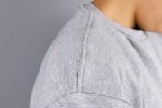 Detail der Schulternaht mit Coverlockstick des selbstgenähten Sweaters. JanaKnöpfchen - Nähen für Jungs