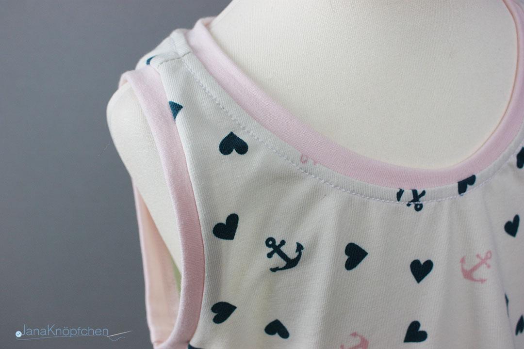 Detail des Arm- und Halsausschnittes des selbstgenähten Trägerkleids für Mädchen. JanaKnöpfchen - Nähen für Jungs