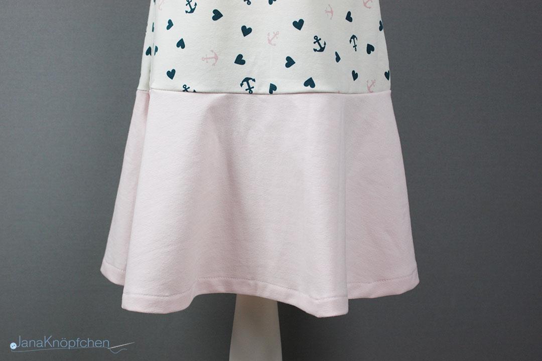 Rockteil des selbstgenähten Kleides aus Jersey für Mädchen. JanaKnöpfchen - Nähen für Jungs