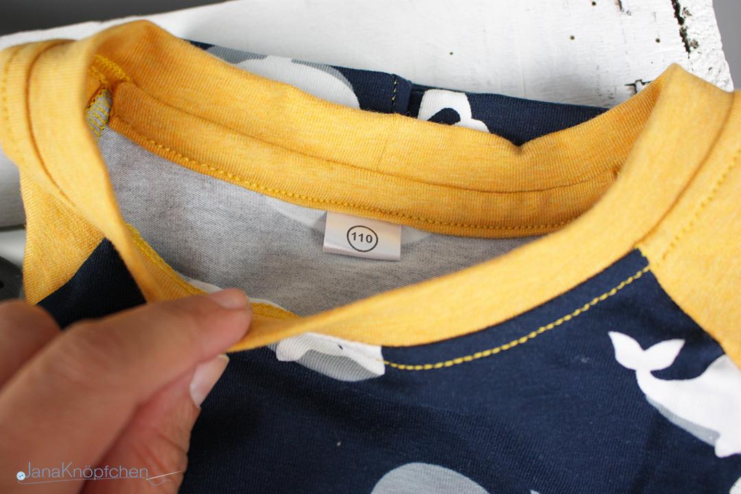 Größenschild am selbstgenähten Schlafanzug für Jungs. JanaKnöpfchen - Nähen für Jungs