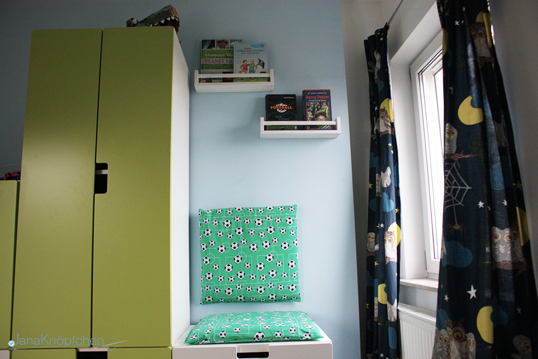 leseecke mit selbstgen hten kissen f rs kinderzimmer. Black Bedroom Furniture Sets. Home Design Ideas