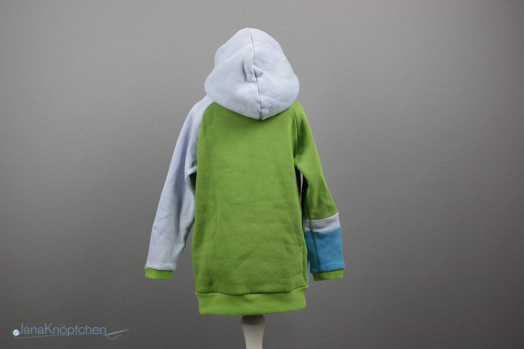 Rückansicht des selbstgenähten Hoodies für Jungs. Schnittmuster Miro von Worawo. JanaKnöpfchen - Nähen für Jungs