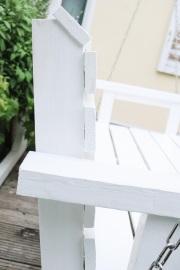 Detail der Armlehne an der Gartenschaukel aus Holz.  JanaKnöpfchen - Nähen für Jungs