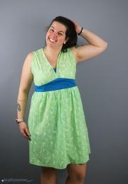 Selbstgenähtes Tunikakleid mit V-Ausschnitt für Frauen. JanaKnöpfchen - Nähen für Jungs