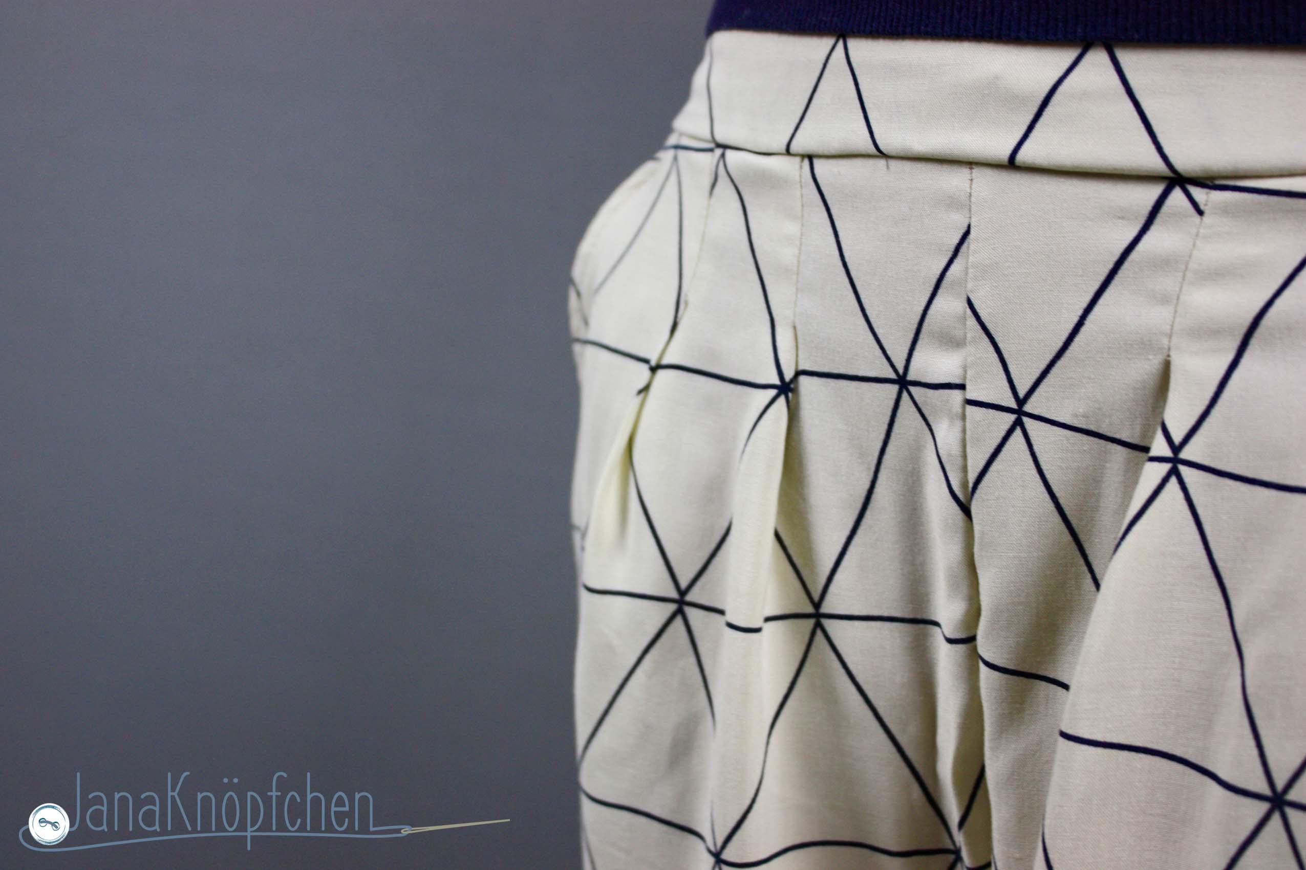 Bundfaltenhose für Frauen selber nähen. Sommerliche Hose Jenna für mich und gleichzeitig mein Beitrag für 12 Colors of Handmade Fashion von Tweet and Greet. JanaKnöpfchen - Nähblog