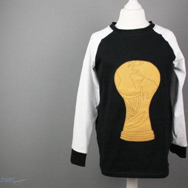 Blogpost Geburtstagsshirt nähen mit dem Weltmeisterpokal der Fussballmannschaft. JanaKnöpfchen - Nähen für Jungs
