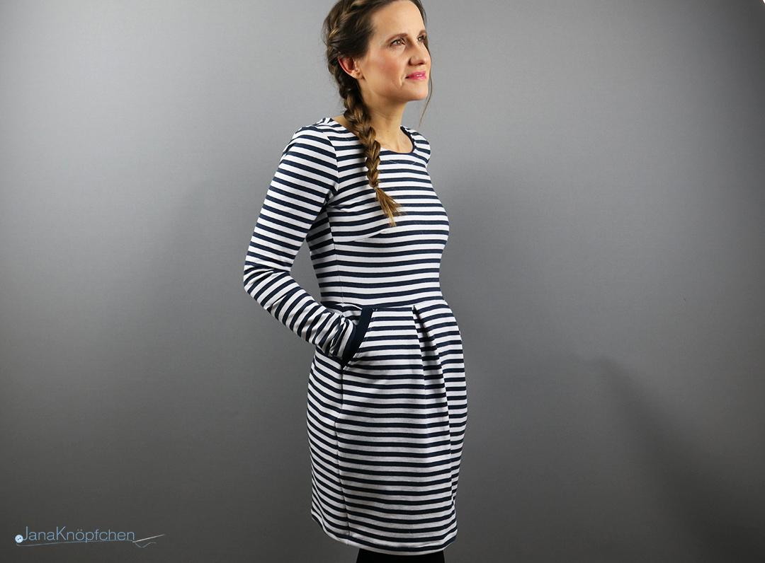 Kleid Chloe genäht - Blogbeitrag für Sweatkleid Chloe von Pattydoo aus einem gestreiften Sweat genäht. JanaKnöpfchen - Nähen für Jungs