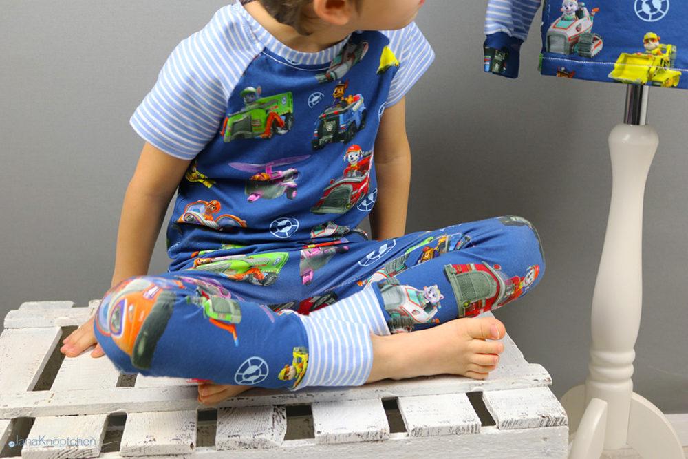 Selbstgenähter Schlafanzug mit Paw Patrol Print für kleine Jungs. JanaKnöpfchen - Nähen für Jungs