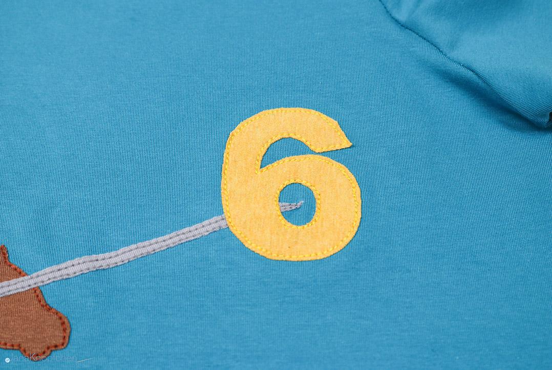 Detail der Geburtstagszahl auf selbstgenähtem Shirt. JanaKnöpfchen - Nähen für Jungs