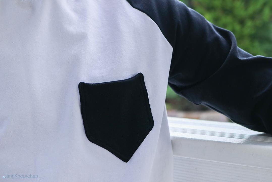 Detail der selbstgenähten Brusttasche auf Shirt. JanaKnöpfchen - Nähen für Jungs