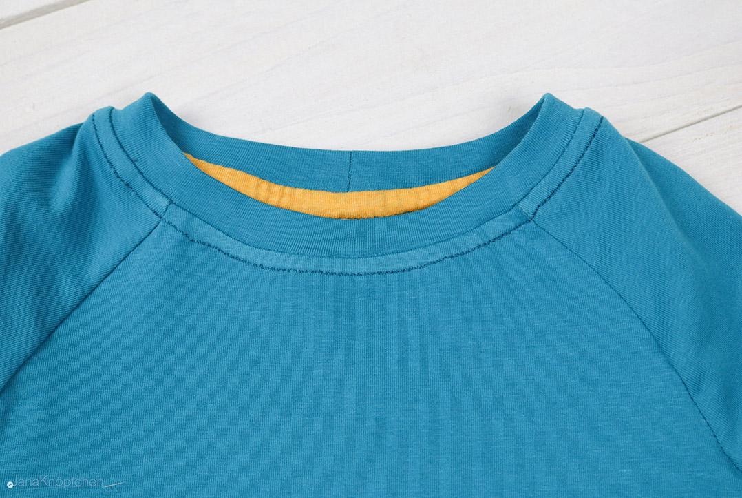 Detail des Halsausschnittes an selbstgenähtem Shirt. JanaKnöpfchen - Nähen für Jungs