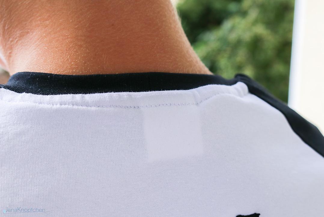 Detail der rückwärtigen Halsversäuberung an Shirt. JanaKnöpfchen - Nähen für Jungs