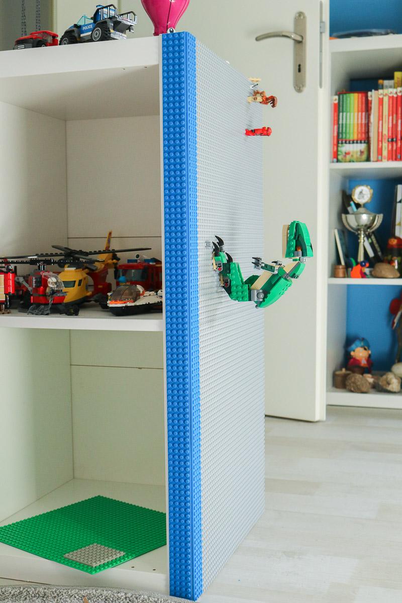Regal mit Lego-Grundplatten beklebt. JanaKnöpfchen - Nähen für Jungs