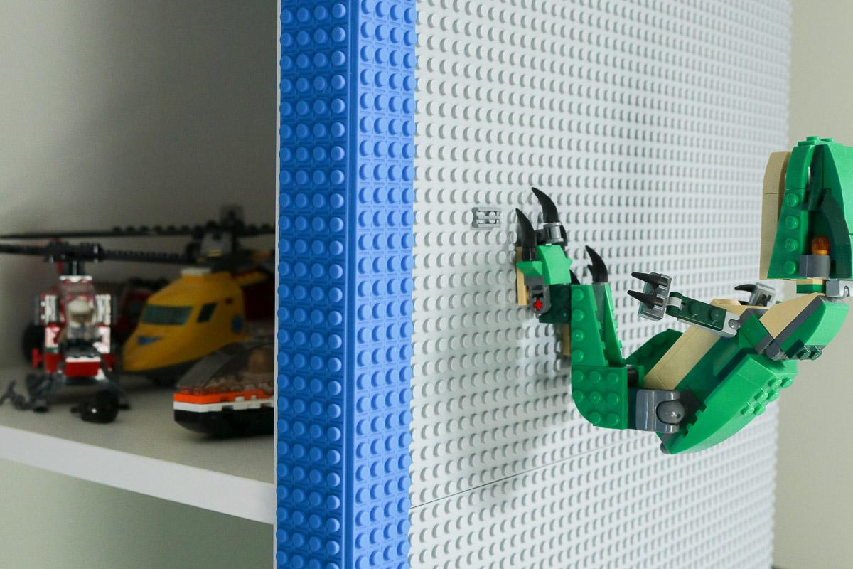 Klebeband für Lego-Stein an Regal befestigt im Lego-Kinderzimmer. JanaKnöpfchen - Nähen für Jungs