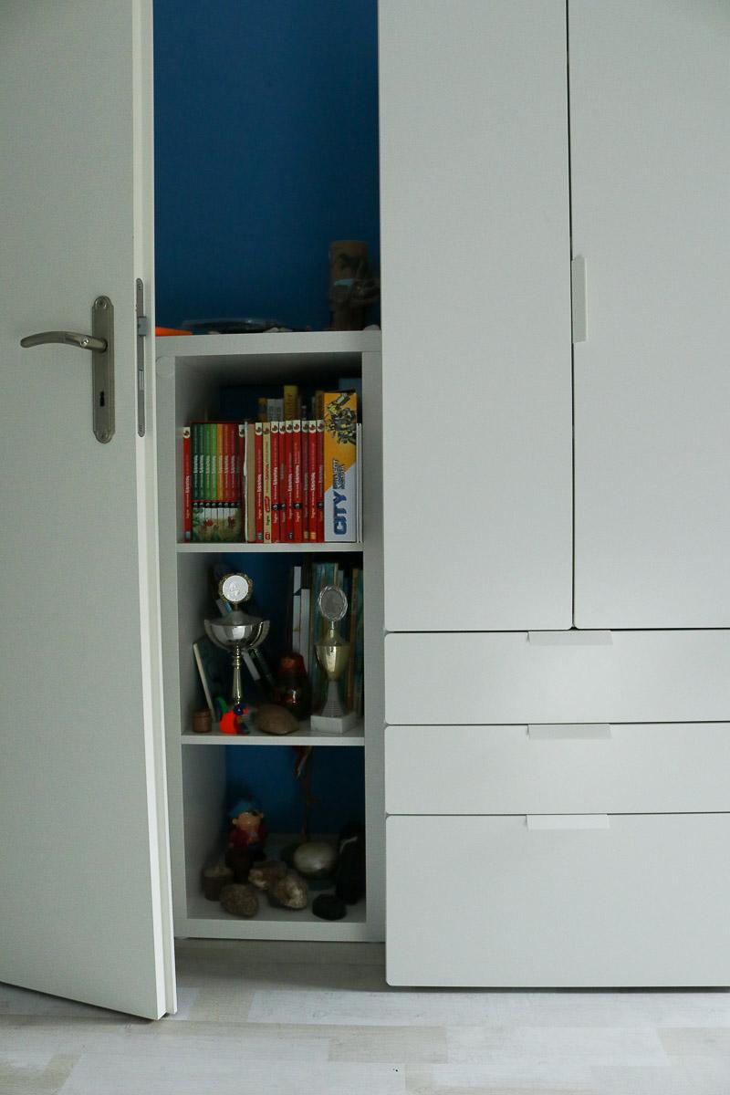 Bücherregal hinter der Tür im Kinderzimmer. JanaKnöpfchen - Nähen für Jungs