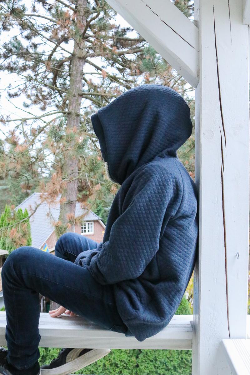 Große Kapuze am selbstgenähten Hoodie für Jungs. JanaKnöpfchen - Nähen für Jungs