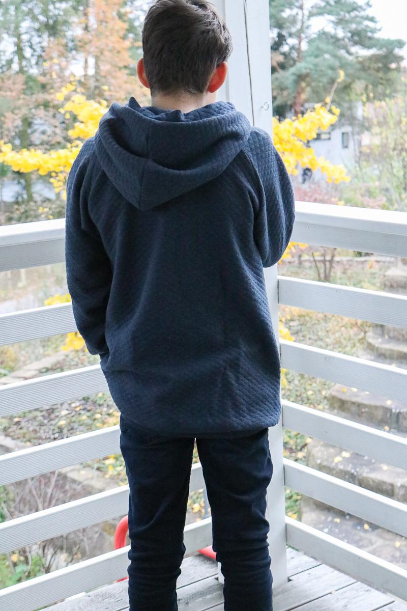 Rückansicht des Hoodies aus Wabensweat. JanaKnöpfchen - Nähen für Jungs