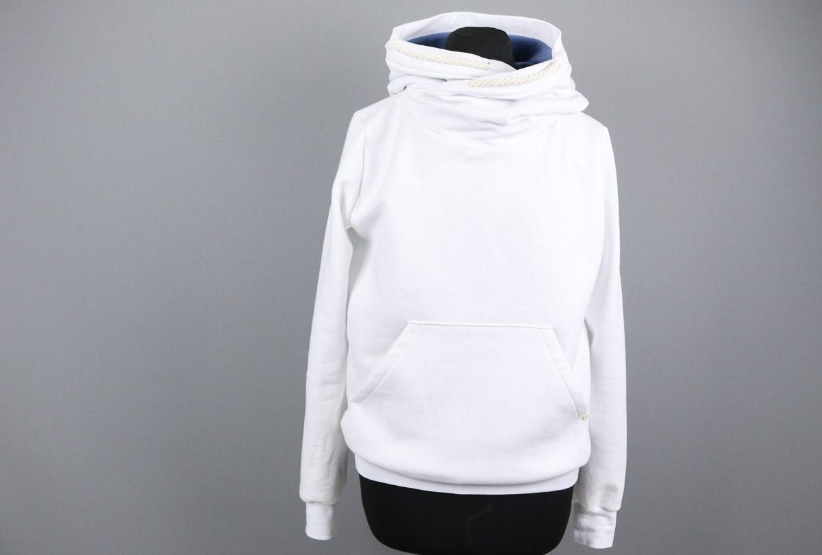 Selbstgenähter weißer Hoodie für Frauen. JanaKnöpfchen - Nähen für Jungs