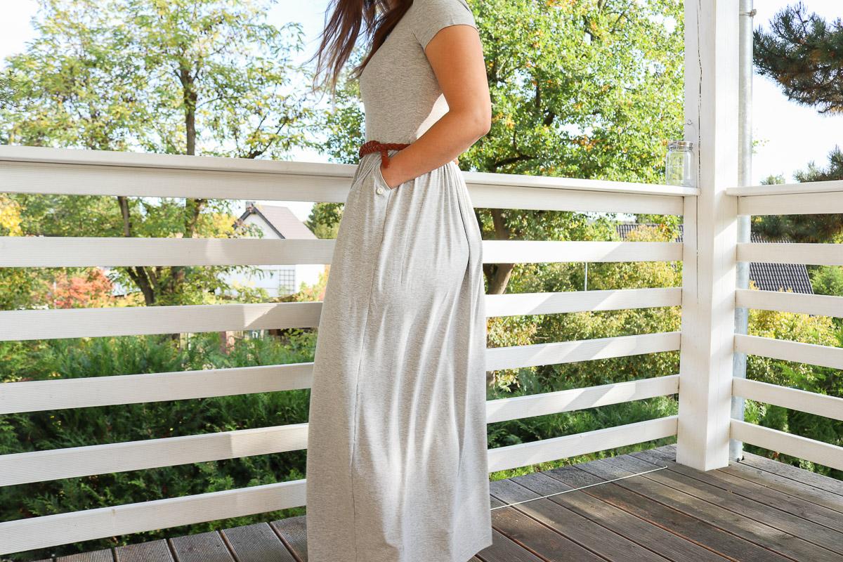 Seitliche Ansicht des grauen langen Kleides. JanaKnöpfchen - Nähen für Jungs