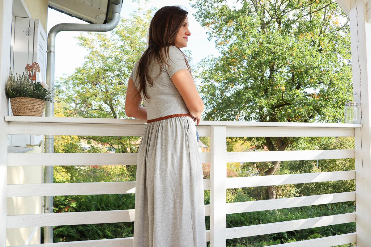Rückansicht des selbstgenähten langen Kleides. JanaKnöpfchen - Nähen für Jungs