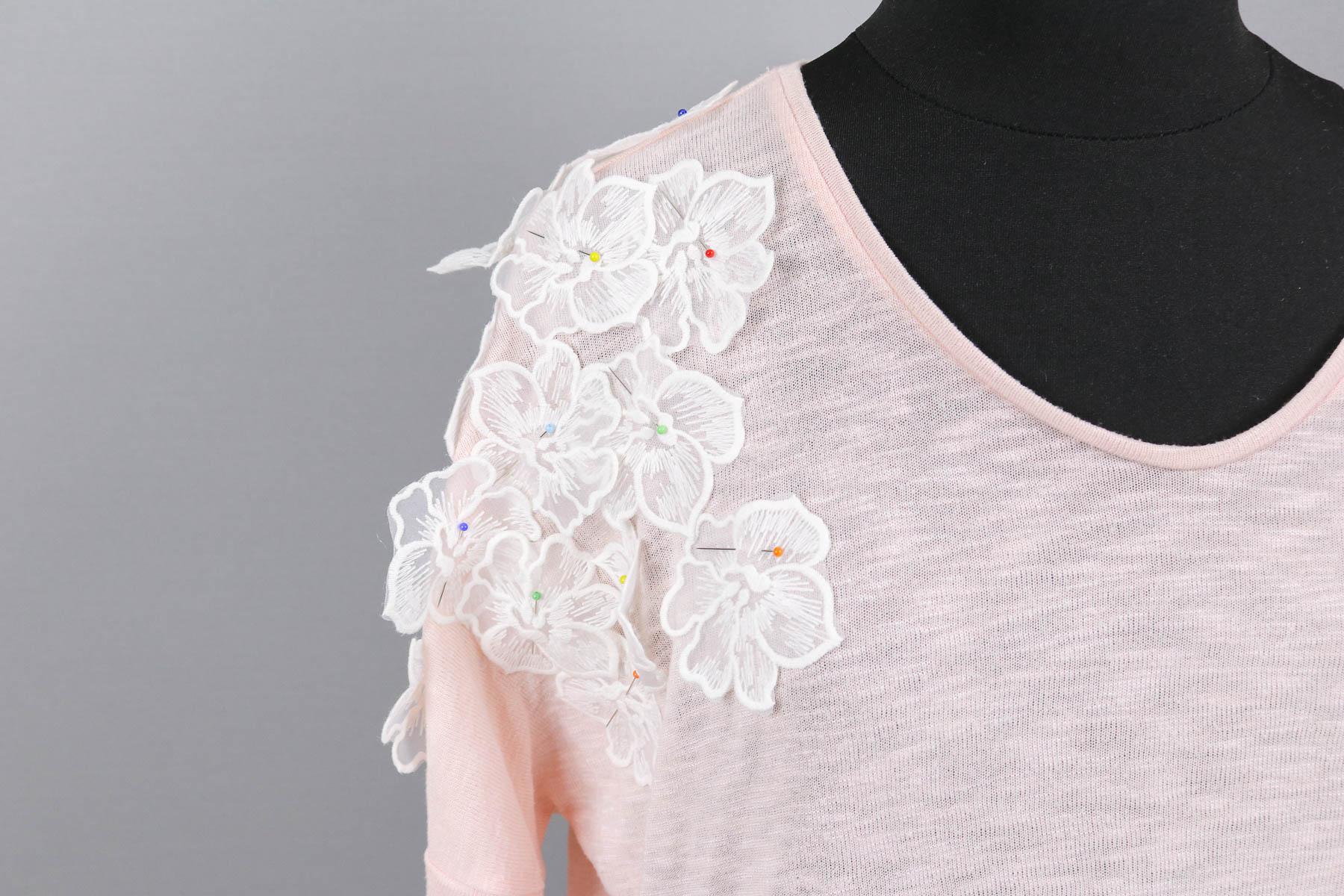 Blühten aus Spitze auf gekauftes Shirt mit Flecken gesteckt. JanaKnöpfchen